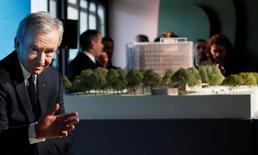 Le PDG de LVMH Bernard Arnault à une conférence de presse pour annoncer un nouveau projet architectural mené par la société en bordure du Bois de Boulogne. LVMH va prendre la concession de l'ancien Musée des arts et traditions populaires (ATP) pour le transformer en vaste centre culturel. /Photo prise le 8 mars 2017/REUTERS/Gonzalo Fuentes