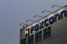 Foxconn a contacté le fondeur sud-coréen SK Hynix en vue d'étudier une offre commune sur la filiale mémoires de Toshiba. /Photo d'archives/REUTERS/Tyrone Siu