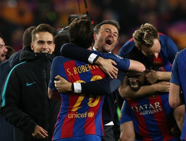 3月8日、サッカーの欧州CL、16強の第2戦でバルセロナがパリ・サンジェルマンを6─1で下し、2戦合計6─5で準々決勝に進出した。写真は勝利を喜ぶバルセロナ陣営(2017年 ロイター)