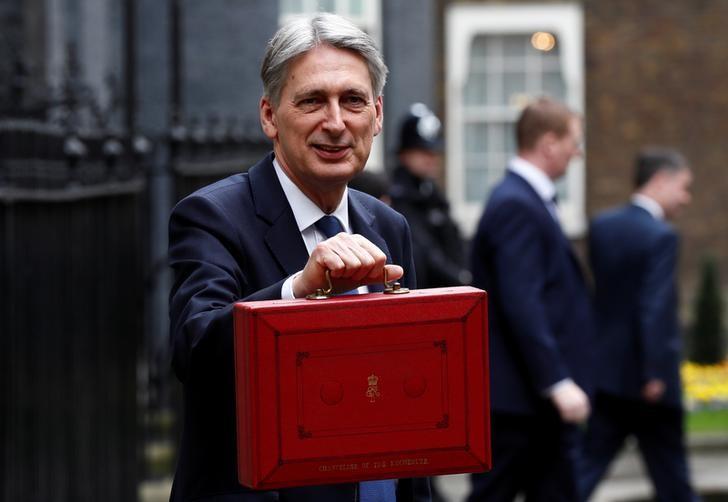 3月8日,英国财政大臣哈蒙德(Philip Hammond)走出唐宁街11号,将赴议会下院提交预算报告。REUTERS/Stefan Wermuth