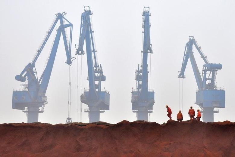 2010年3月资料图,天津港口工人移除澳洲进口铁矿石的篷布。REUTERS/Vincent Du