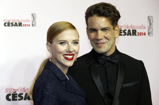 3月8日、米女優スカーレット・ヨハンソンさん(左)が7日、「結婚の修復不可能な破綻」を理由に、夫のフランス人ジャーナリスト、ロマン・ドリアック氏(右)との離婚を申請した。写真は2014年2月撮影(2017年 ロイター/Regis Duvignau)