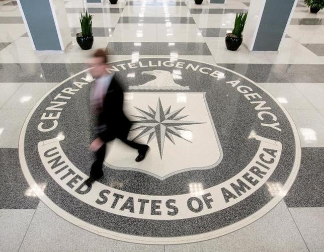 3月8日、内部告発サイト「ウィキリークス」が公開した文書で、米中央情報局(CIA)がコネクテッドカー(インターネットに接続できる車)へ侵入する「任務」を検討したことが示されたことを受け、これらの技術に対する懸念が改めて広がっている。写真は米バージニア州のCIA本部で、2008年8月撮影(2017年 ロイター/Larry Downing)