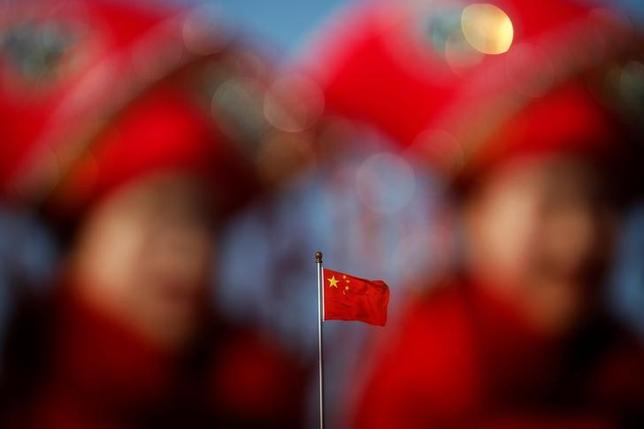 3月9日、中国国有の中国航天科工集団の幹部は、チャイナ・デーリーとのインタビューで、軍事用小型無人機(ドローン)を開発していると明らかにした。写真の中国国旗は、全国人民代表大会が開催中の北京人民大会堂にて、8日撮影(2017年 ロイター/Damir Sagolj)