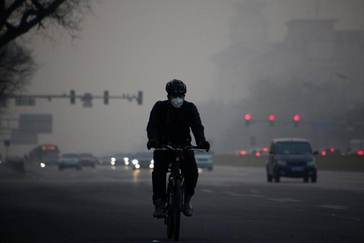 2017年1月3日,北京街头戴着口罩的骑车人。REUTERS/Thomas Peter