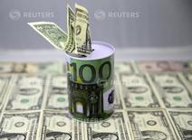 Долларовые банкноты. Доллар удерживает набранное преимущество в четверг на фоне роста доходности госбондов США после того, как трудовая статистика закрепила ожидания повышения ставки Федрезерва на следующей неделе.  REUTERS/Dado Ruvic/Illustration