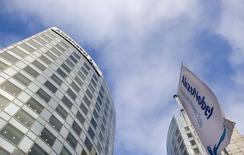 Akzo Nobel a annoncé jeudi qu'il avait rejeté une offre hostile de 83 euros par action de son concurrent américain PPG Industries, jugeant qu'à 21 milliards d'euros à peu près elle le sous-évaluait. /Photo d'archives/REUTERS/Robin van Lonkhuijsen