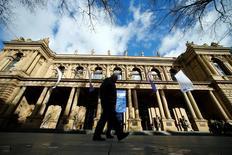 Un bâtiment de la Bourse de Francfort. Les principales Bourses européennes évoluent en baisse jeudi à l'ouverture dans l'attente de la décision de politique monétaire de la Banque centrale européenne (BCE), la séance étant par ailleurs animée par une salve d'annonces d'entreprises. À Paris, l'indice CAC 40 recule de 0,25% à 4.948,05 points vers 8h30 GMT. À Francfort, le Dax abandonne 0,27% et à Londres, le FTSE cède 0,58%, pénalisé notamment par la baisse des valeurs minières. /Photo prise le 28 février 2017/REUTERS/Ralph Orlowski