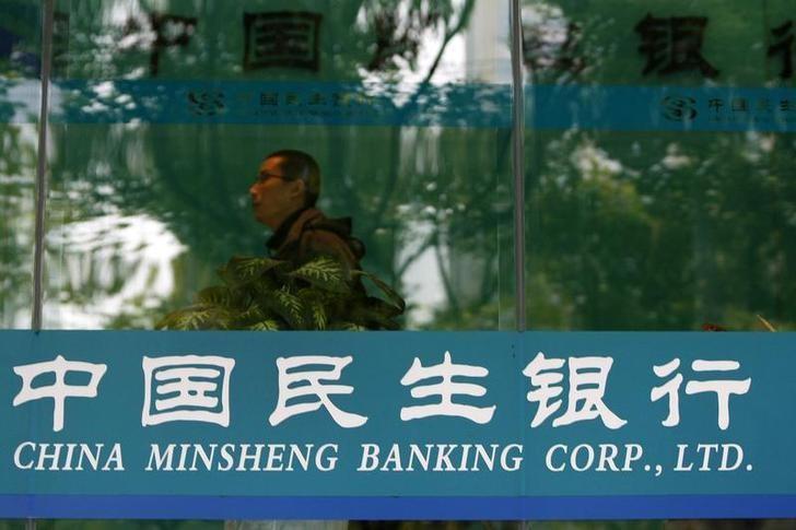 2009年11月,一名男子路过民生银行在上海一家分支机构。REUTERS/Aly Song