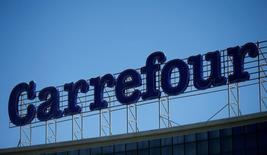 Логотип Carrefour на крыше торгового центра в Тбилиси. Французская сеть Carrefour, второй по величине ритейлер мира, отчиталась о более низкой, чем ожидалось, прибыли за 2016 год  из-за слабых показателей на ключевом для компании рынке - во Франции, где сохраняется острая конкуренция  REUTERS/David Mdzinarishvili/File Photo