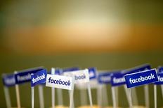 Facebook à suivre à Wall Street. La messagerie WhatsApp, qui appartient à Facebook, teste un système permettant pour la première fois aux entreprises d'entrer directement en contact avec ses utilisateurs, qui sont plus d'un milliard à travers le monde, montrent des documents consultés par Reuters. /Photo prise le 17 janvier 2017/REUTERS/Philippe Wojazer