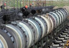 Цистерны на нефтяном терминале Роснефти в Архангельске 30 мая 2007 года. Цены на нефть снижались более чем на 2 процента на торгах в четверг на фоне того, что превысивший прогнозы рост запасов сырья в США усилил опасения о сохранении избытка на мировом рынке. REUTERS/Sergei Karpukhin