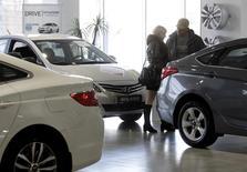 Люди в дилерском центре Hyundai в Ставрополе 17 декабря 2014 года. Российский авторынок продолжил снижаться в феврале 2017 года после худшего годового результата за десятилетие. REUTERS/Eduard Korniyenko