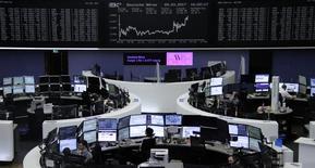 Les Bourses européennes, Londres exceptée, ont terminé en hausse jeudi et bien au-dessus de leurs plus bas du jour grâce à la progression des valeurs bancaires après la conférence de presse de Mario Draghi. À Paris, le CAC 40 a fini en hausse de 0,42% à 4.981,51 points et à Francfort, le Dax a pris 0,09%. Le Footsie britannique est resté à la traîne et a cédé 0,27%. /Photo prise le 9 mars 2017/REUTERS