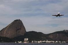 Avião se prepara para aterrissar no aeroporto Santos Dumont no Rio de Janeiro 01/07/2015 REUTERS/Sergio Moraes
