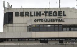 Le personnel au sol des deux aéroports de Berlin, Schönefeld et Tegel, entamera vendredi une grève de 25 heures pour réclamer des augmentations de salaire. /Photo d'archives/REUTERS/Fabrizio Bensch
