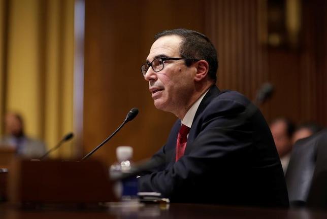3月9日、ムニューシン米財務長官(写真)は議会に対し、連邦債務の上限を「可能な限り早期に」引き上げるよう要請した。写真は1月19日、ワシントンで撮影(2017年 ロイター/Joshua Roberts)