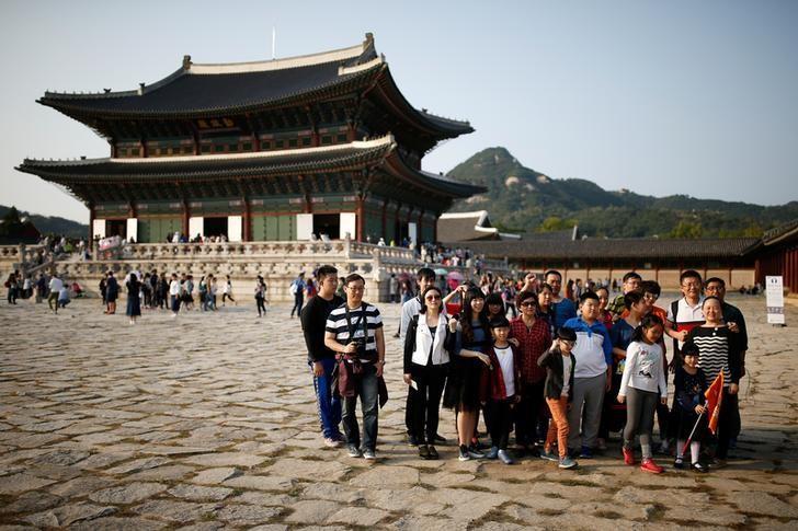 2016年10月,首尔,中国游客在景福宫拍照留念。REUTERS/Kim Hong-Ji