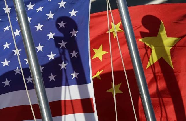 3月8日、中国はトランプ米大統領をなだめるために贈り物を差し出しているが、中身は、ささいな物だ。写真は米国と中国の国旗。北京で2011年1月撮影(2017年 ロイター/Jason Lee)