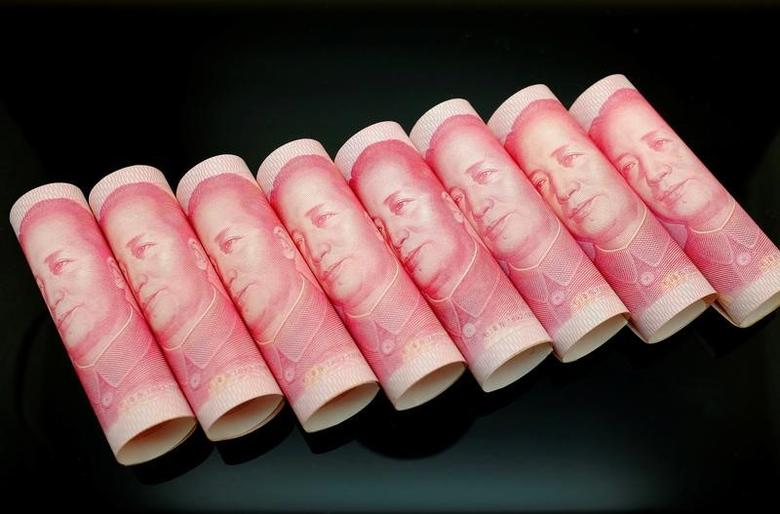 100 Yuan notes are seen in this illustration picture in Beijing November 5, 2013.   REUTERS/Jason Lee/Files