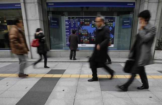 3月10日、前場の東京株式市場で、日経平均株価は前営業日比256円76銭高の1万9575円34銭となり、大幅続伸した。写真は都内で2015年1月撮影(2017年 ロイター/Yuya Shino)