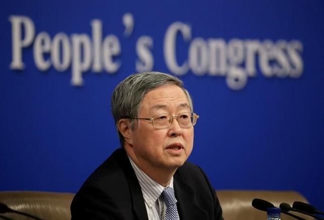 3月10日、中国人民銀行(中央銀行)の周小川総裁は10日、今年の人民元為替相場について、安定的に推移する見通しだと述べた。写真は全国人民代表大会時の会見に出席した同総裁。北京で撮影(2017年 ロイター/Jason Lee)