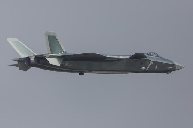 3月10日、中国の最新型の国産ステルス戦闘機「殲20(J20)」が正式に配備された。写真は広東省珠海市で開かれた航空ショーに出展された同戦闘機。昨年11月撮影(2017年/ロイター)