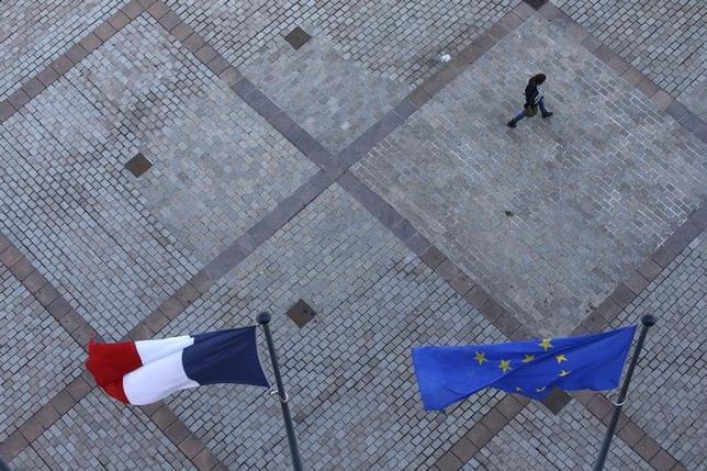 3月10日、仏レゼコー紙に掲載されたエラベの世論調査によると、フランス人の約72%がユーロ圏離脱に反対で、うち44%は「強く反対」と回答した。写真はランスで昨年3月撮影(2017年 ロイター/Pascal Rossignol)