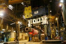 La fonderie du site d'Areva au Creusot. La production industrielle de la France a diminué de 0,3% en janvier, enregistrant à l'inverse des attentes un troisième recul mensuel consécutif sous l'effet d'une baisse de la production dans la quasi-totalité des secteurs, selon les données publiées vendredi par l'Insee. /Photo prise le 11 janvier 2017/REUTERS/Robert Pratta