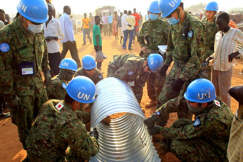 FILE PHOTO: United Nations Mission in South Sudan (UNMISS) peacekeepers from Japan assemble a drainage pipe at Tomping camp, where some 15,000 people who fled their homes following recent fighting are sheltered by the United Nations, in Juba January 7, 2014. REUTERS/James Akena/File Photo