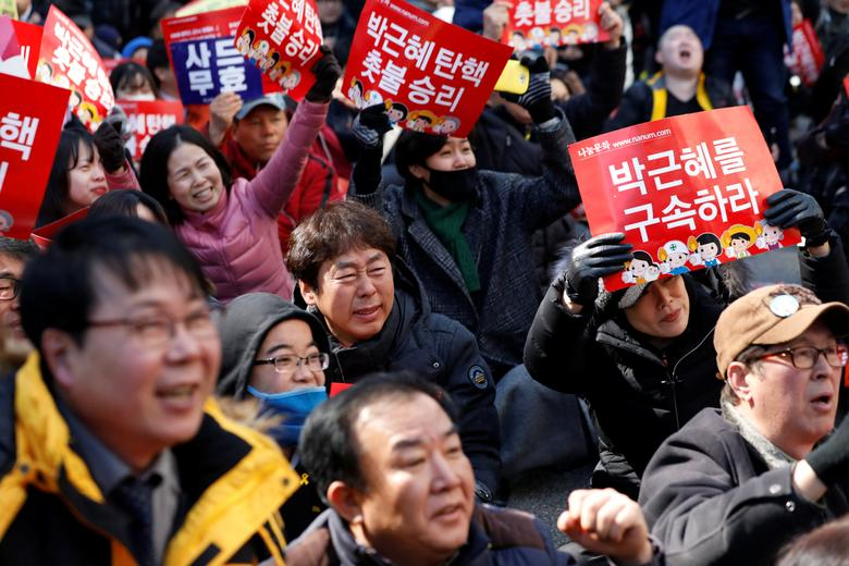 People react after hearing that President Park Geun-hye's impeachment was accepted in front of the Constitutional Court in Seoul, South Korea, March 10, 2017.  REUTERS/Kim Hong-Ji