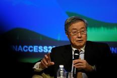 Le Gouverneur de la Banque populaire de Chine (BPC), Zhou Xiaochuan. L'endettement des entreprises chinoises est trop élevé mais il faudra du temps pour le ramener à des niveaux plus faciles à gérer, a déclaré vendredi le gouverneur de la banque centrale chinoise, soulignant les défis restant à accomplir pour la deuxième économie mondiale pour parvenir à une croissance plus durable. /Photo d'archives/REUTERS/James Lawler Duggan
