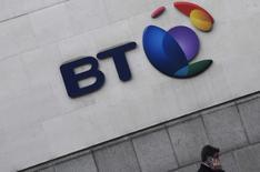 Le premier opérateur télécoms britannique BT a accepté de se séparer juridiquement de sa division de réseaux Openreach, mettant ainsi fin à un conflit de deux ans avec le régulateur britannique des télécommunications sur la manière dont le réseau national à haut débit doit être géré. /Photo prise le 16 janvier 2017/REUTERS/Toby Melville