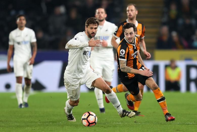 Britain Football Soccer - Hull City v Swansea City - FA Cup Third Round - The Kingston Communications Stadium - 7/1/17 Swansea City's Fernando Llorente in action with Hull City's Ryan Mason  Action Images via Reuters / John Clifton Livepic