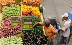 Consumidores em mercado de São Paulo. 11/01/2017 REUTERS/Paulo Whitaker