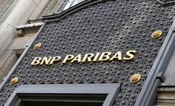 Quatorze banques, dont BNP Paribas, pourraient faire l'objet de poursuites au mois de juillet pour manipulation présumée du rand sud-africain après une audience préliminaire qui s'est déroulée vendredi. Barclays et Citigroup ont déjà été approchées par l'autorité de régulation, la seconde ayant accepté de verser une amende de 69,5 millions de rands (4,93 millions d'euros). /Photo prise le 6 février 2017/REUTERS/Jacky Naegelen