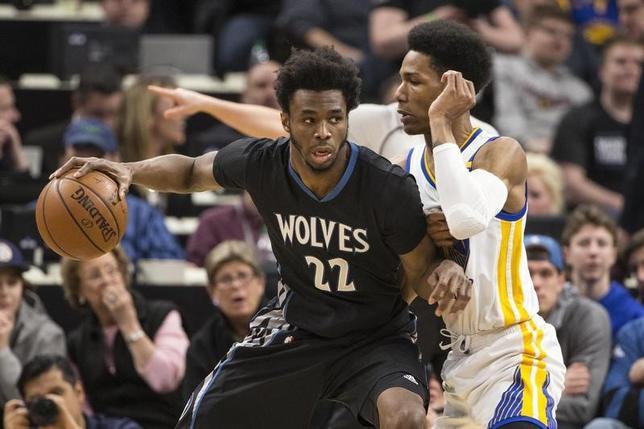 3月10日、NBAのティンバーウルブズはホームでウォリアーズに103─102で競り勝ち。アンドリュー・ウィギンス(左)が24得点で勝利に貢献した(2017年 ロイター/Jesse Johnson-USA TODAY Sports)
