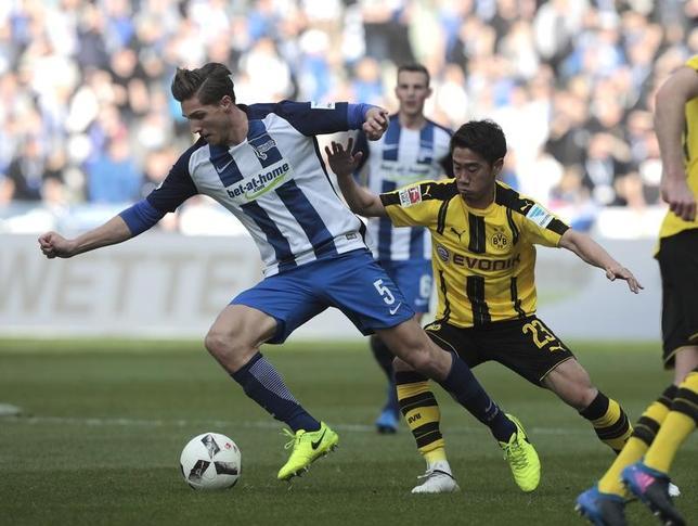 3月11日、サッカーのドイツ1部ブンデスリーガ、香川真司(右)が所属するドルトムントはヘルタに1─2で敗れた(2017年 ロイター/Axel Schmidt)