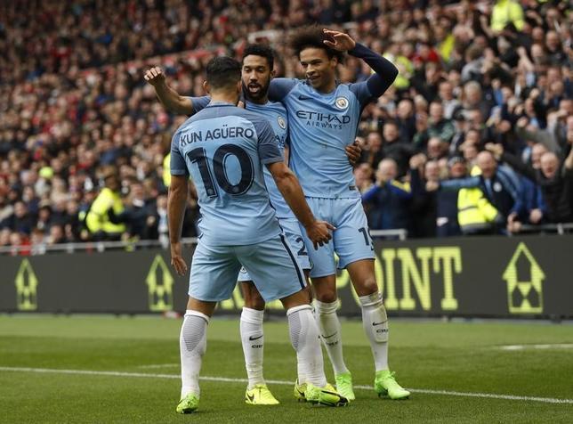 3月11日、サッカーのFA杯準々決勝、マンチェスター・シティー(マンC)がミドルズブラを2─0で下した。写真は得点を喜ぶマンCの選手たち(2017年 ロイター)