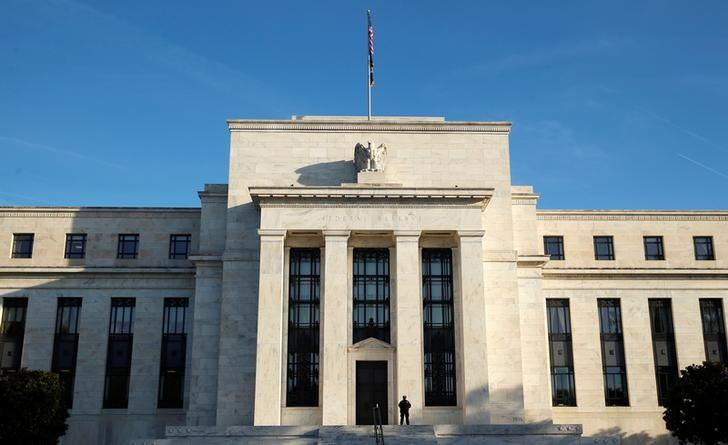 2016年10月,美国联邦储备委员会大楼及门前执勤的警察。REUTERS/Kevin Lamarque