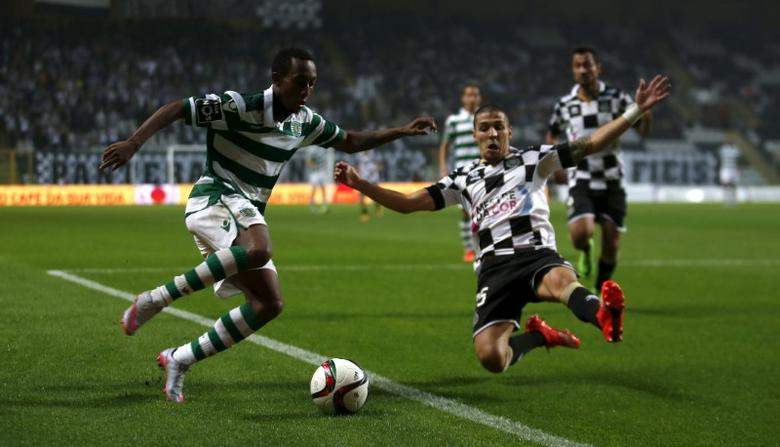 Boavista's Paulo Vinicius (R) fights for the ball with Sporting's Gelson Martins during their Portuguese Premier League soccer match at Bessa stadium in Porto, Portugal, September 26, 2015.  REUTERS/Rafael Marchante