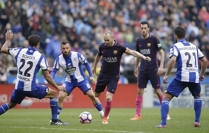 Football Soccer - Deportivo v Barcelona - Spanish La Liga Santander - Riazor stadium, A Coruna, Spain, 12/03/17 Barcelona's Andres Iniesta (C) in action. REUTERS/Miguel Vidal