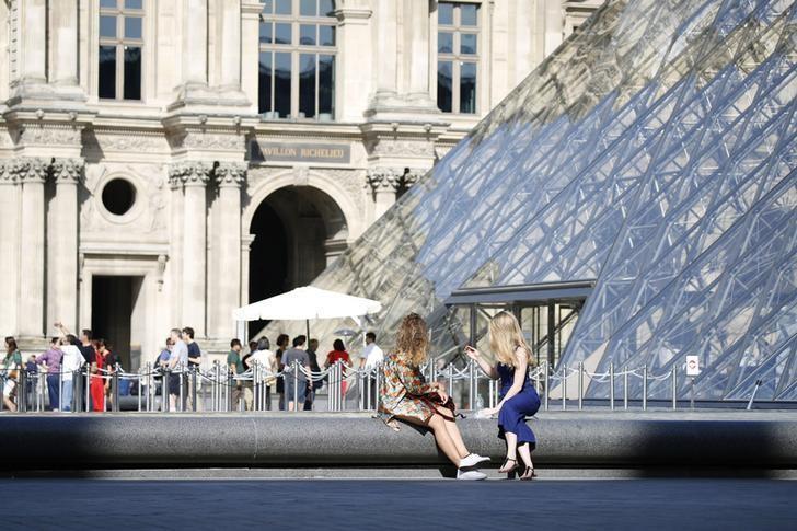 2016年9月13日,法国巴黎,游客在卢浮宫金字塔前。REUTERS/Charles Platiau
