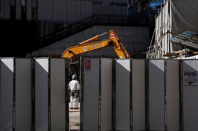 3月13日、内閣府が発表した1月機械受注統計によると、設備投資の先行指標である船舶・電力を除いた民需の受注額(季節調整値)は、前月比3.2%減の8379億円となった。都内で1月撮影(2017年 ロイター/Yuya Shino)
