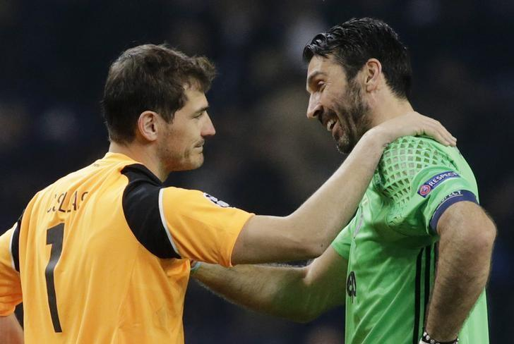 Soccer Football - FC Porto v Juventus - UEFA Champions League Round of 16 First Leg - Dragao Stadium, Porto, Portugal - 22/2/17 Juventus' Gianluigi Buffon with FC Porto's Iker Casillas after the match Reuters / Miguel Vidal Livepic