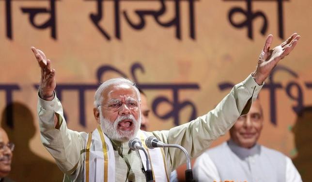 3月12日、インドの5州で2月以降に投票した州議会選挙は、インド最大の人口を抱える北部ウッタルプラデシュ州で与党インド人民党(BJP)が圧勝した。写真はモディ首相の属するBJPの本部で支持者に呼びかける同首相。ニューデリーで撮影(2017年 ロイター/Adnan Abidi)