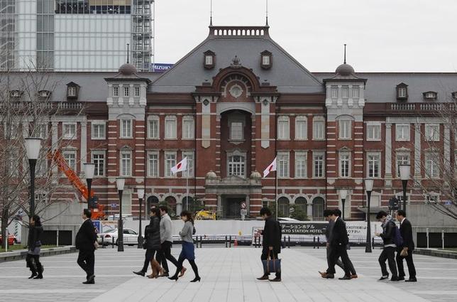 3月13日、菅義偉官房長官は午前の会見で、今年の春闘に関して「政府としては、少なくとも昨年並みの賃上げ、4年連続のベアの実施を期待したい」と述べた。写真は都内で昨年2月撮影(2017年 ロイター/Toru Hana)
