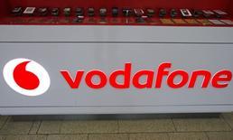 Vodafone va créer 2.100 nouveaux emplois de service à la clientèle au Royaume-Uni dans les deux prochaines années, dans le cadre d'un programme d'investissement pour améliorer ses activités britanniques. Les derniers résultats trimestriels du groupe faisaient état d'un recul de 3,2% des revenus organiques tirés des services au Royaume-Uni. /Photo d'archives/REUTERS/David W Cerny