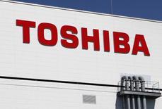 Toshiba, le conglomérat industriel japonais en grande difficulté, a démenti lundi une information de presse disant qu'il envisageait de céder des actions de Toshiba Tec, sa filiale spécialisée dans les systèmes de caisses enregistreuses. /Photo d'archives/REUTERS/Reiji Murai
