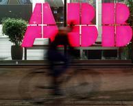 ABB a déclaré lundi que la fraude présumée dans sa filiale sud-coréenne avait amputé son bénéfice net 2016 de 64 millions de dollars (59,95 millions d'euros), un chiffre revu à la baisse. La charge avant impôts s'élève à 73 millions de dollars, alors qu'elle avait initialement été annoncée à environ 100 millions de dollars, la différence s'expliquant par un recouvrement d'assurances. /Photo d'archives/REUTERS/Arnd Wiegmann